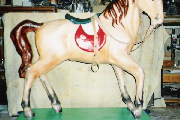 caballo hecho y pintado a mano, cartón piedra